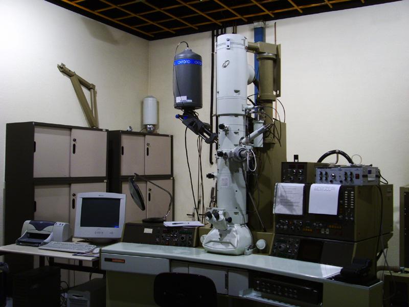 Microscopía electrónica de transmisión. Mod: JEOL JEM-2000-FX